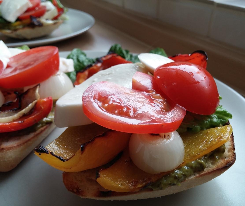 Tomaten und Mozarella drapieren