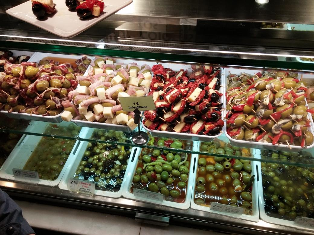 Reichhaltige Auswahl an Oliven Tapas