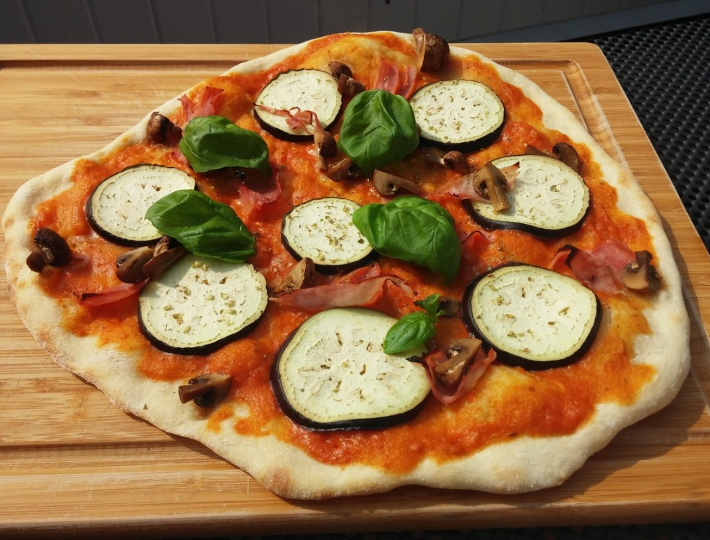 pesto pizza mit aubergine champignons und schinken arne. Black Bedroom Furniture Sets. Home Design Ideas