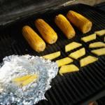 Maiskolben und Ananasstückchen grillen