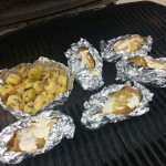 Die Kartoffeln kamen als erstes auf den Grill - sie brauchen auch am längsten