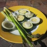 Etwas grüner Spargel, Zucchinischeiben und Zwiebelringe
