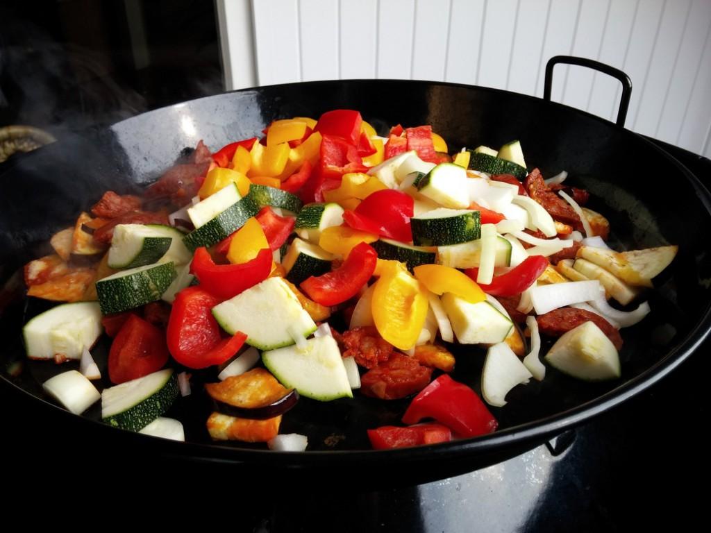 Später folgt das Gemüse, das nicht so lange zum Garen braucht.