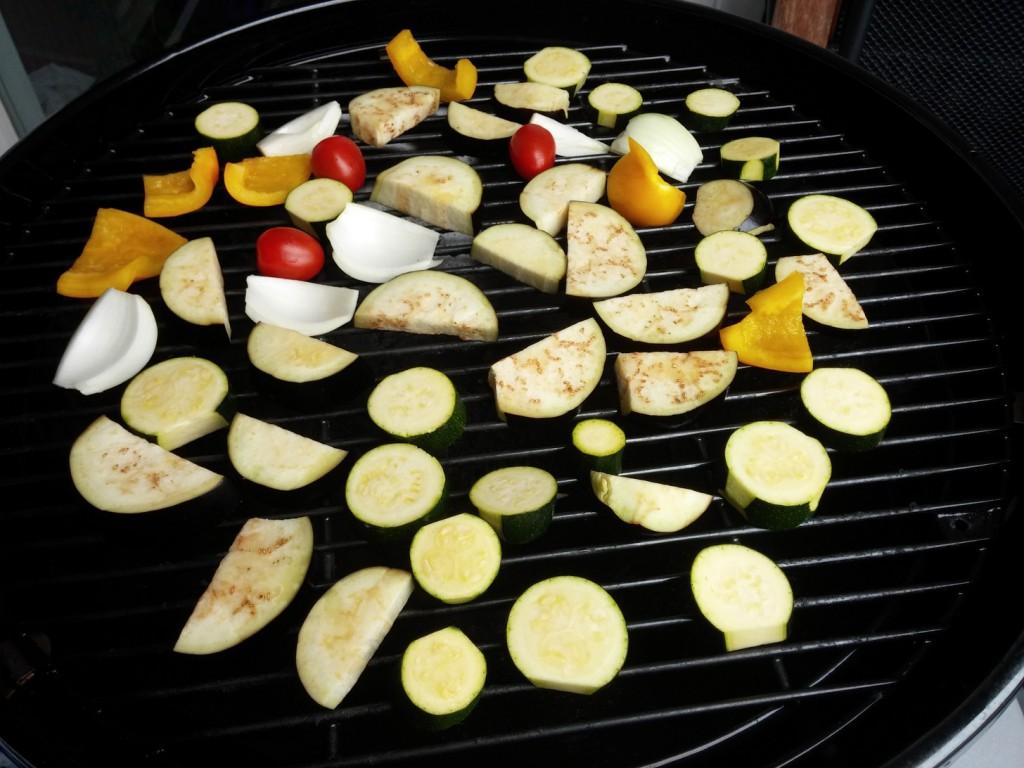 Als Erstes wird das Gemüse gegrillt.