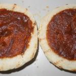 Die Buns werden mit der selbstgemachten Currysauce bestrichen.