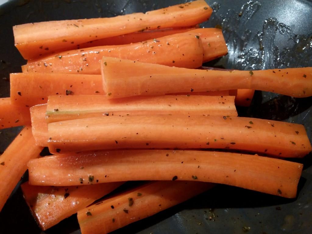 Fertig gewürzte Karotten mit Olivenöl-Honig-Oregano-Marinade.