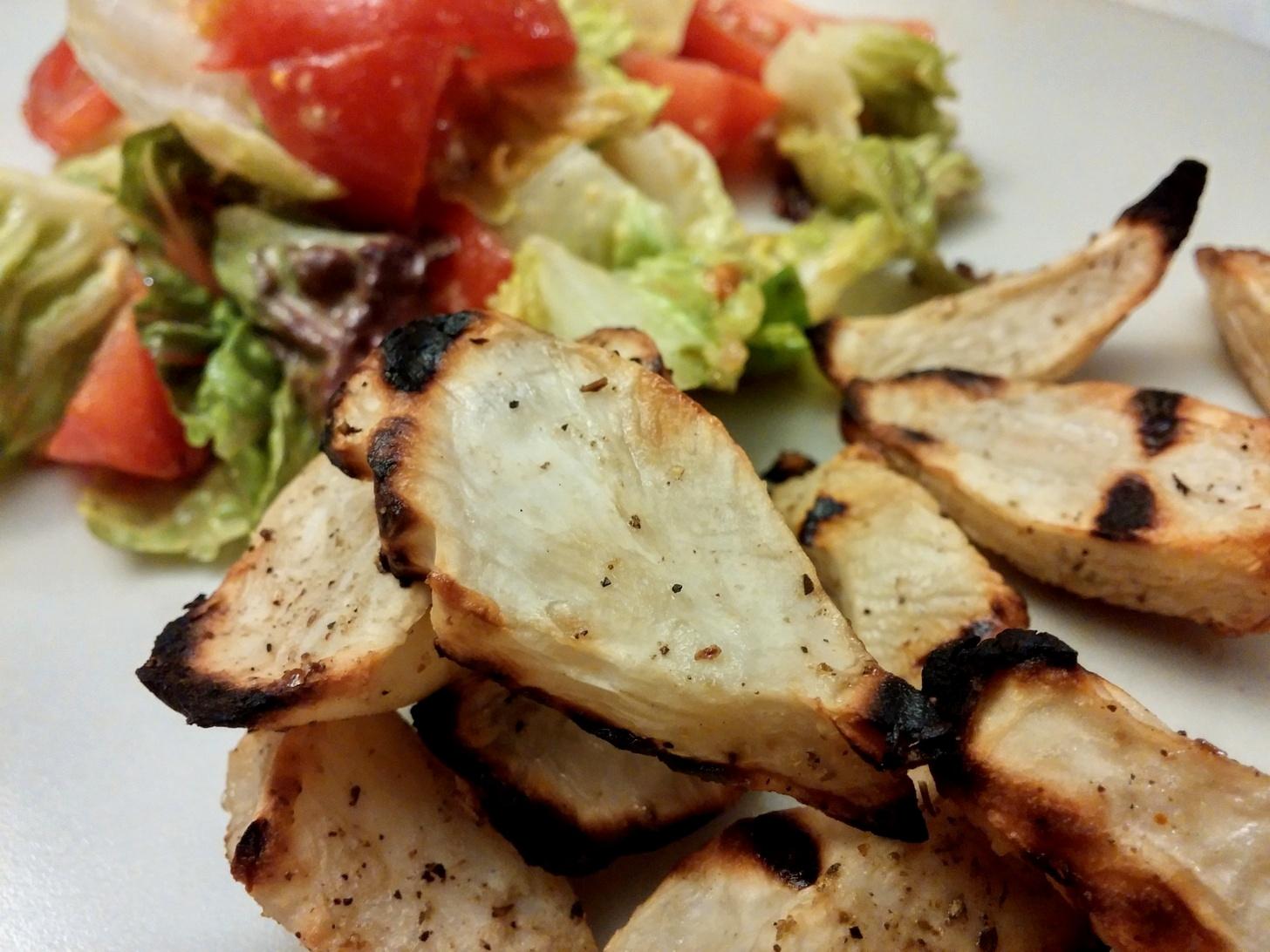 Topinambur mit einem frischen Romana-Salat mit Honig-Senf-Dressing.
