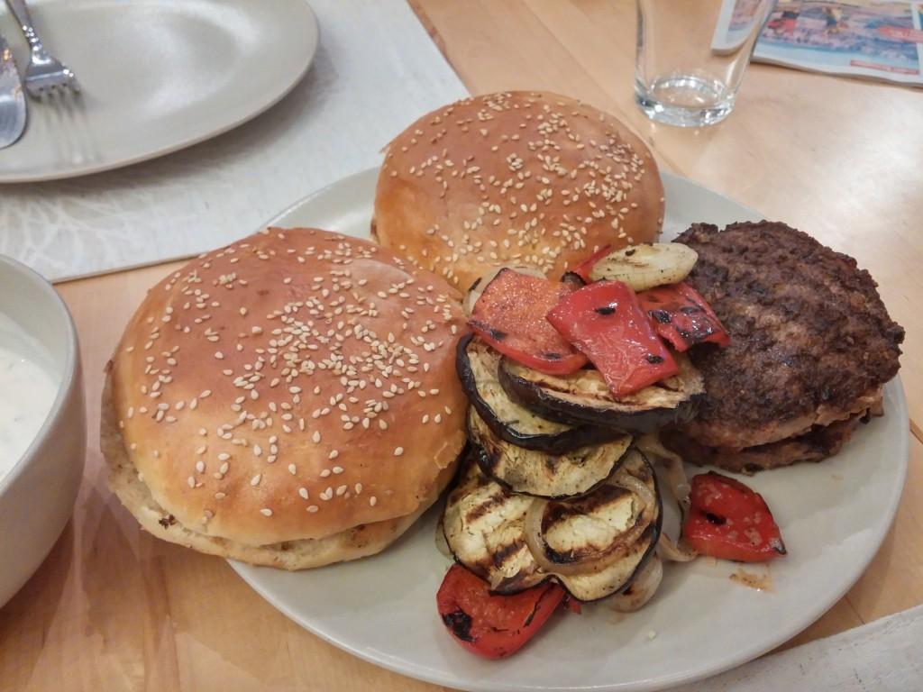 Es liegt alles bereit, nun kann der Kebab-Hamburger gebaut werden!