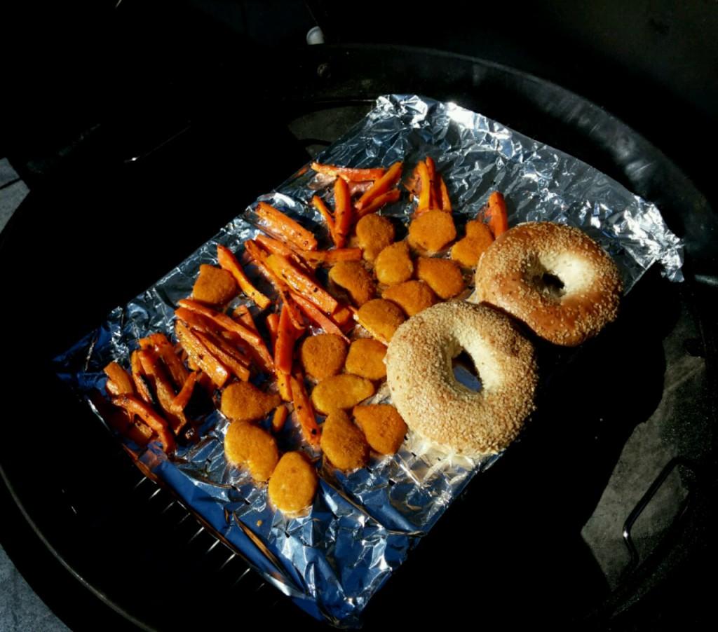 NuggAlleZutaten auf dem Grillrost vereint. ets sind bereit!