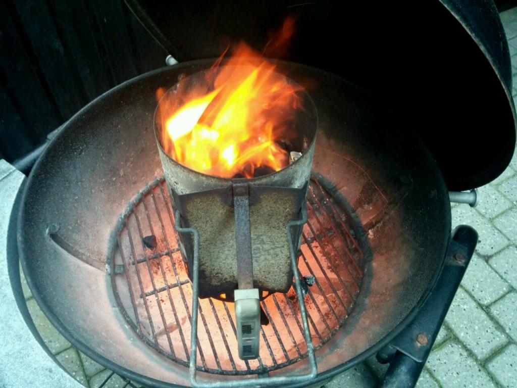 Das Feuer lodert bereits ordentlich durch den kräftigen Wind.