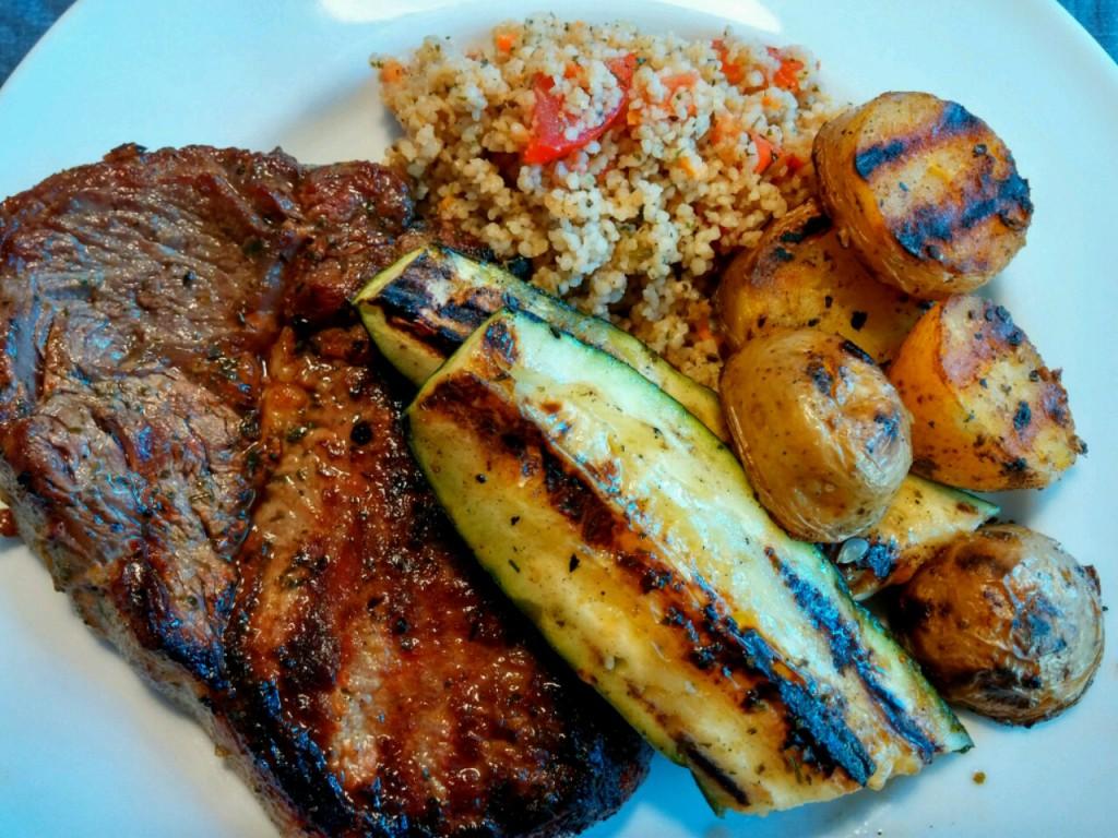 Das Hvide Sande BBQ Menü mit Rib-Eye Steak und Zucchini ist fertig!