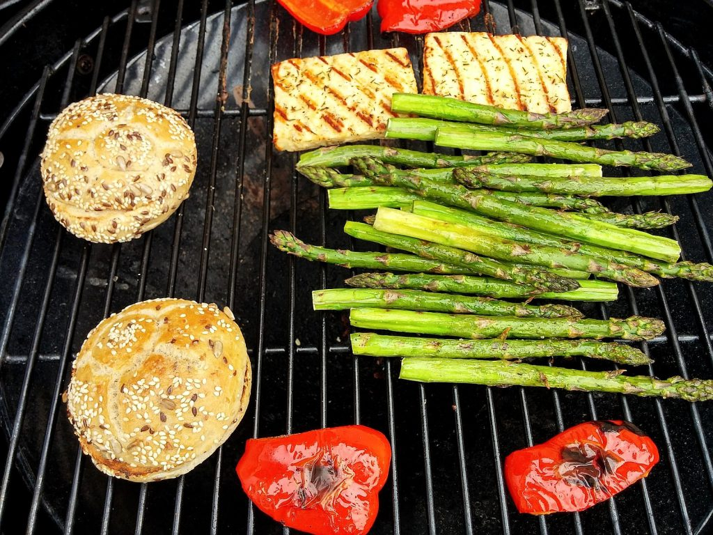Der Grillkäse und das Gemüse (grüner Spargel und Paprika) sehen schon sehr lecker aus und sind fast fertig.