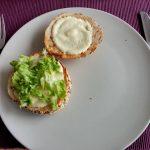 Auf beide Hälften kommt Honig-Senf-Hamburgersauce sowie auf die Unterseite etwas grüner Salat.