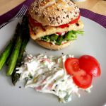 Fertig ist der Veggie-Burger mit Grillkäse und grünem Spargel. Dazu passt Cole-Slaw wunderbar!