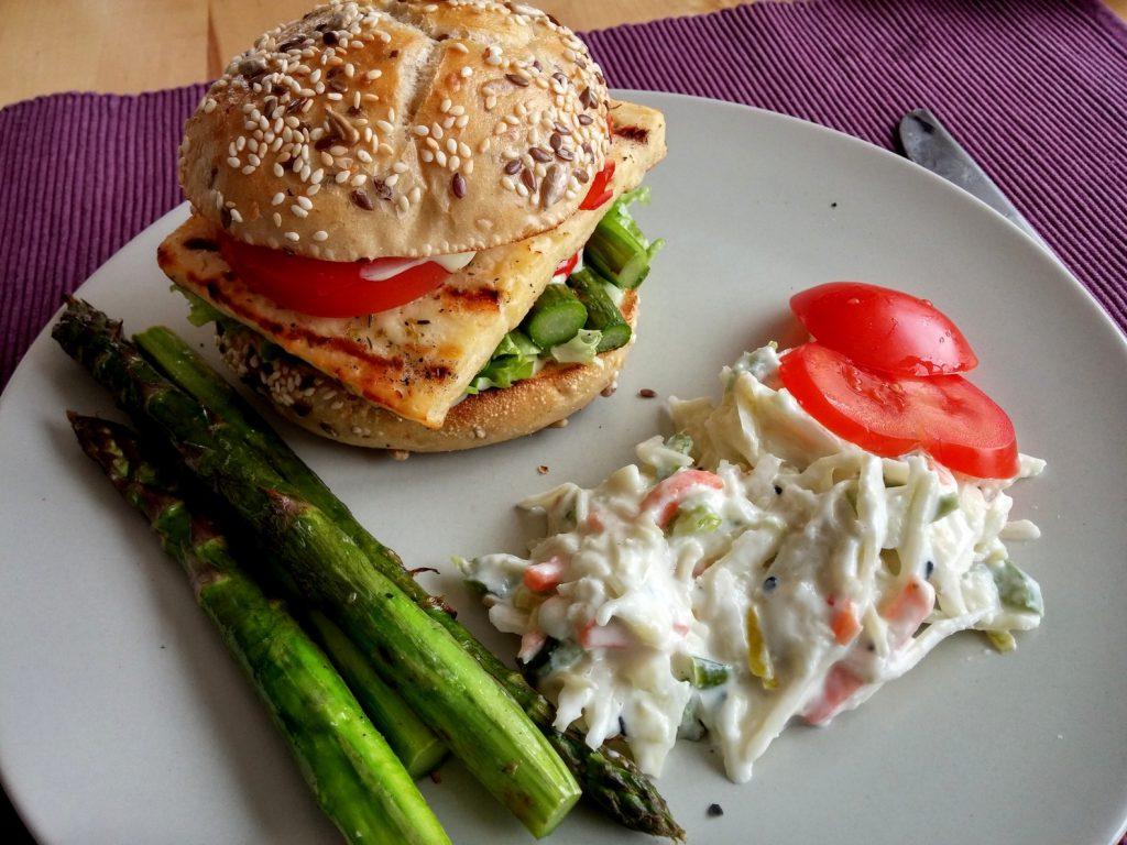 Veggie-Burger mit grünem Spargel und Grillkäse