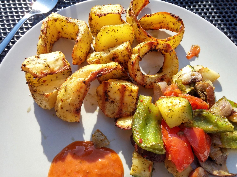 Kartoffel-Locken mit Grillgemüse und Mojo Rojo.