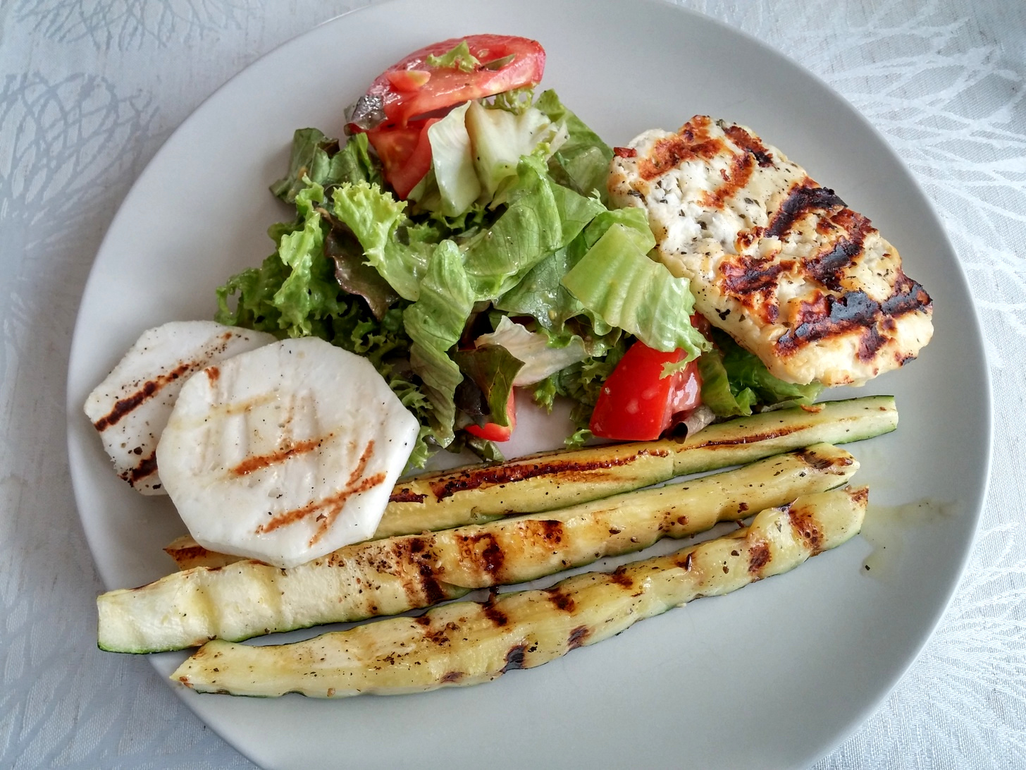 Zucchini mit Mairübchen und Salat