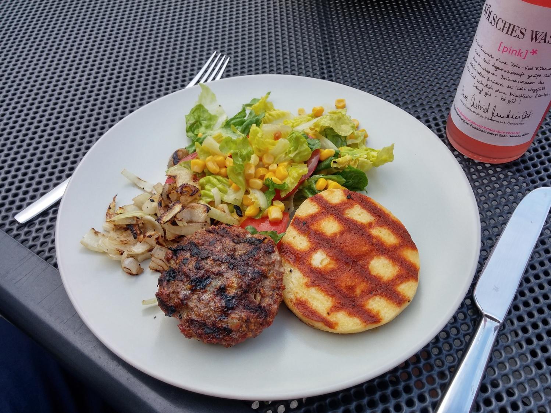 Meatballs mit Grillkäse und Salat
