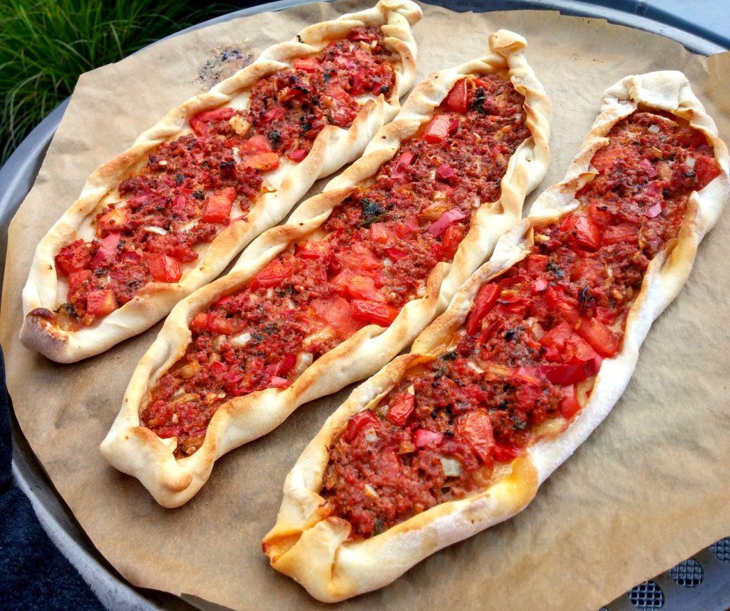 Drei Hackfleisch Pide auf Pizzablech