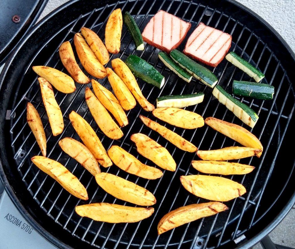 Wedges, Zucchini und Leberkäse auf Grillrost
