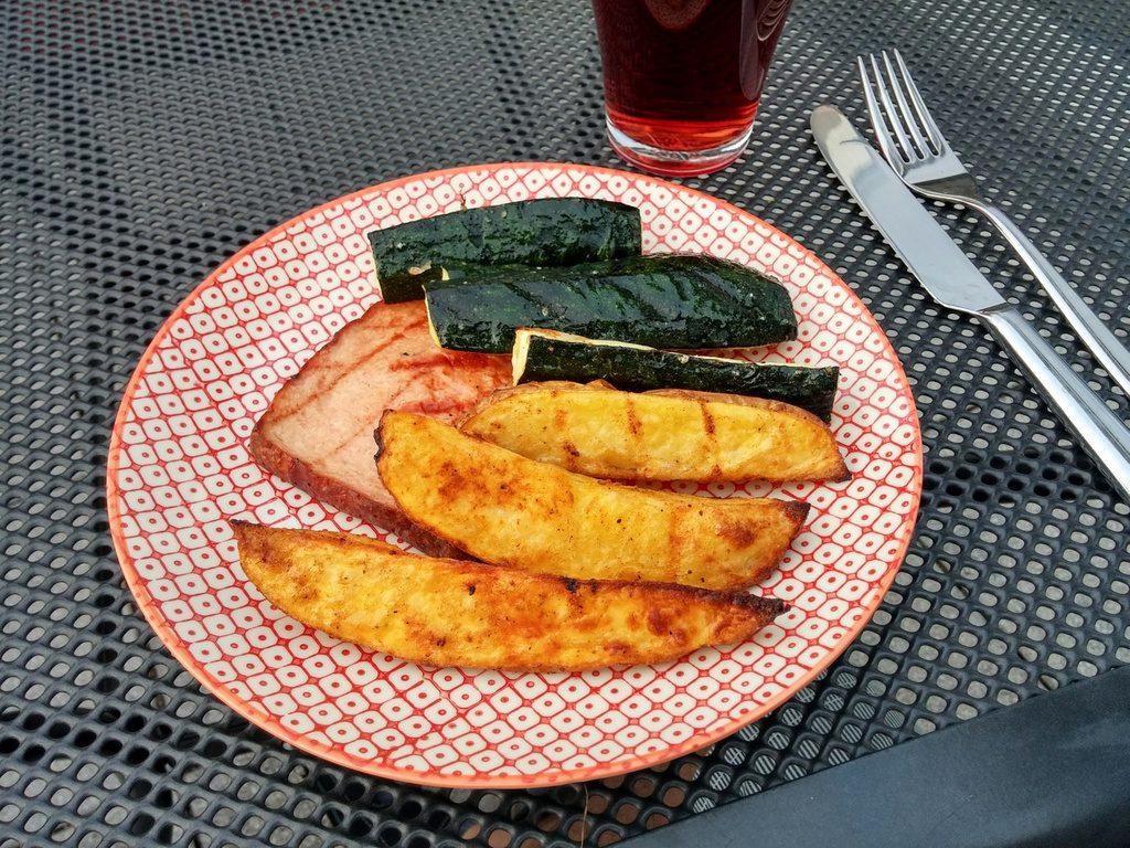 Wedges, Zucchini und Leberkäse auf Teller
