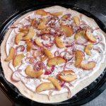 Flammkuchen belegt mit geschmorten Zwiebeln, Apfel und Ziegenkäse