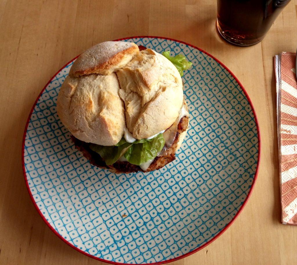 Apfel-Cheeseburger auf Teller