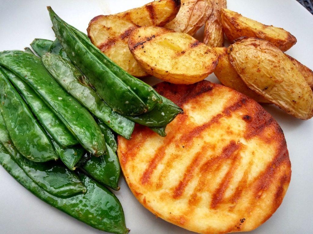 Kaiserschoten mit Kartoffelspalten und Grillkäse - angeschnitten