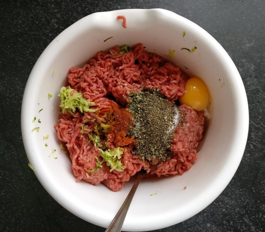 Rinderhackfleisch mit Zucchini, Ei und Gewürzen