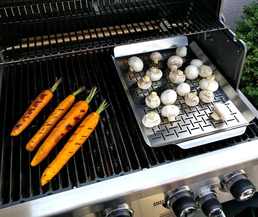 Möhren und Champignons auf Gemüseblech