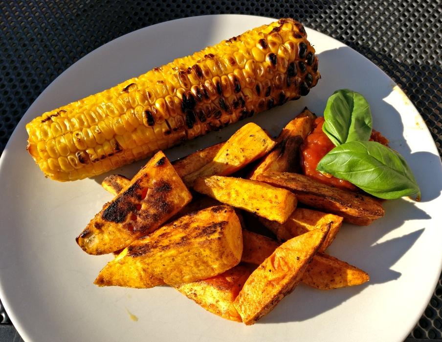 Süßkartoffeln mit BBQ Sauce und Maiskolben