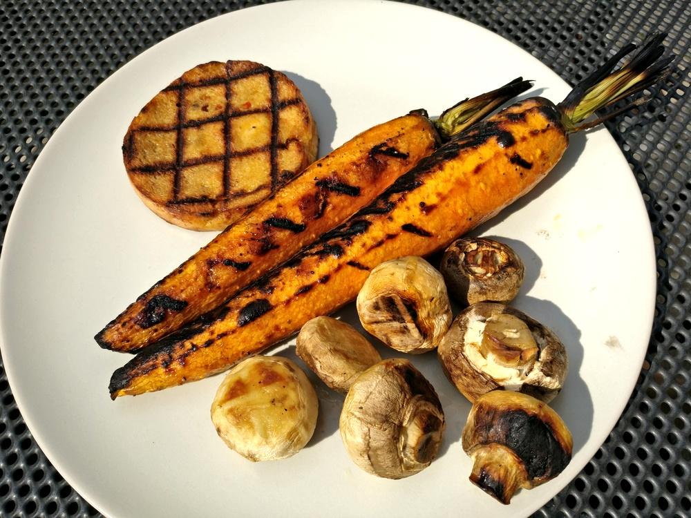 Grillteller mit Grillkäse, karamellisierten Möhren und Champignons