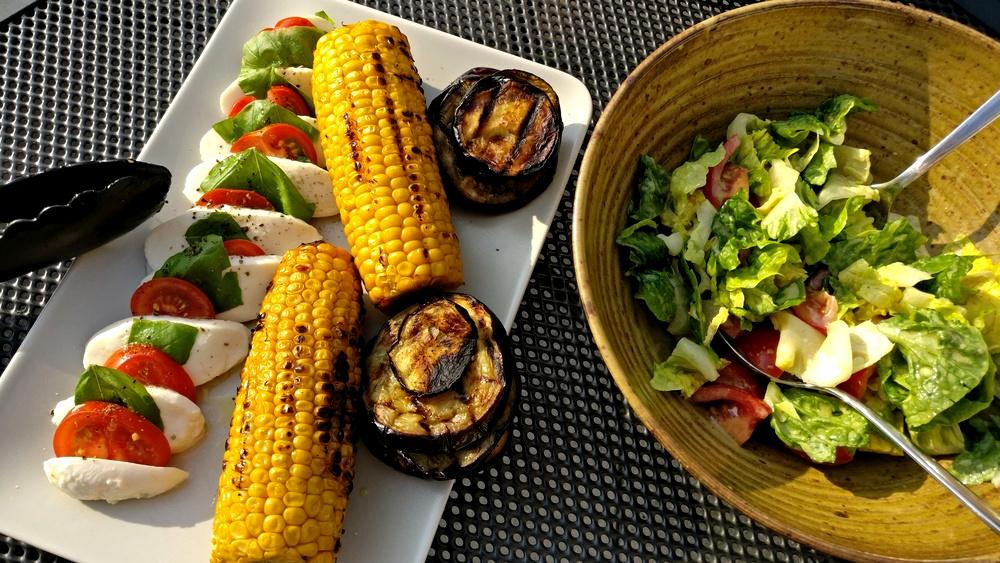 Maiskolben mit Aubergine und Tomate-Mozzarella mit Sommersalat