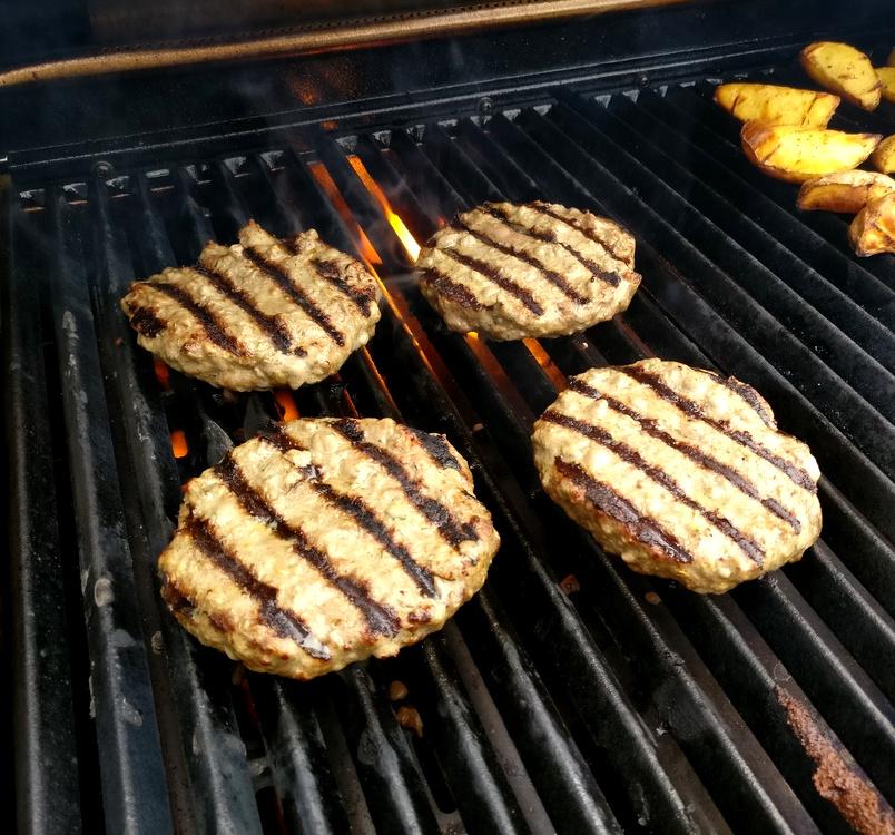 Broil King in Action mit mediteranen Burgern