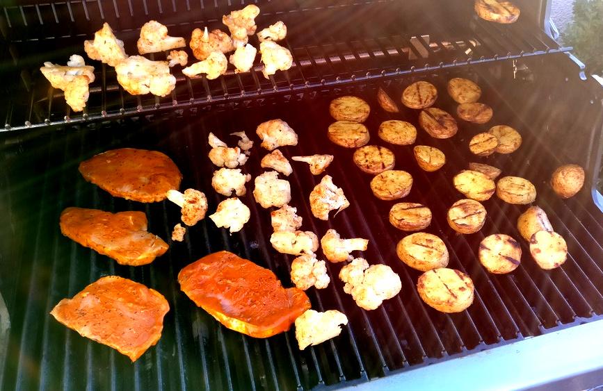 Voller Broil King mit Kartoffelchips, Schweinesteak und Blumenkohl