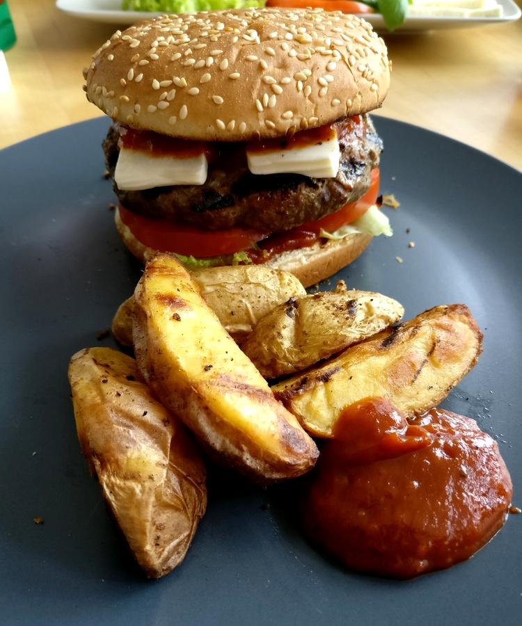 Zucchine-Hamburger mit Wedges und BBQ Sauce