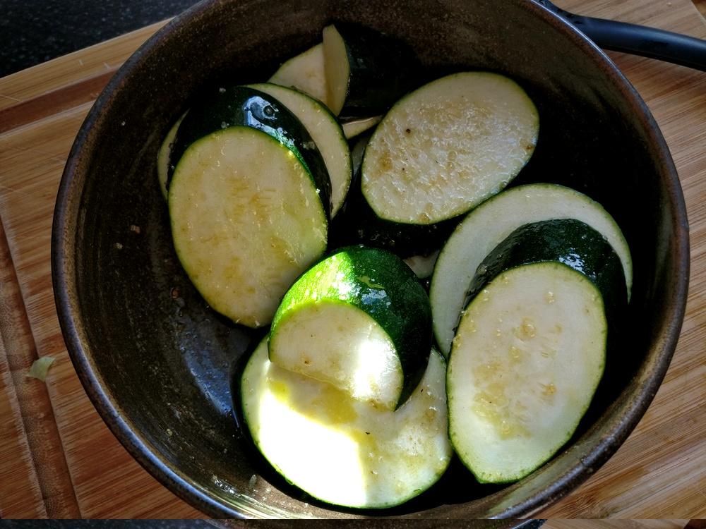 Grüne Zucchini mit Flor de Sal Sri Lanka gewürzt