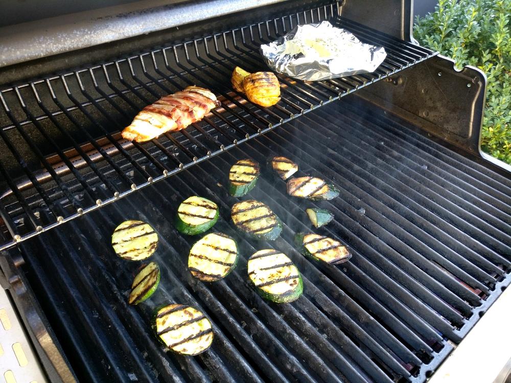 Zucchini und Kräuter-Feta grillen