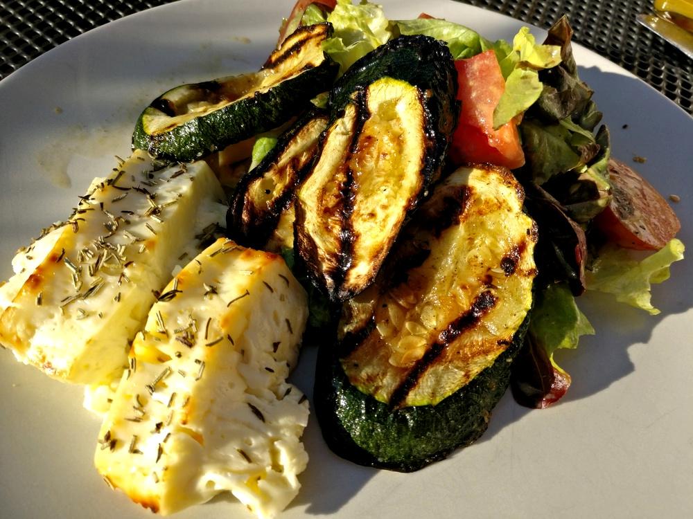 Grüne Zucchini mit gebackenem Kräuter-Feta