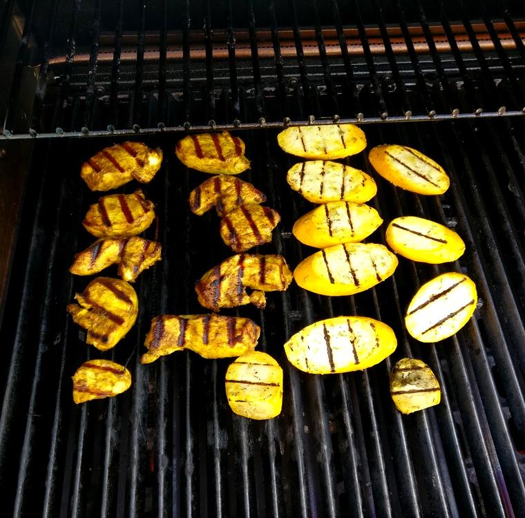 Curryhähnchen und Zucchini werden auf Broil King Regal 490 gegrillt