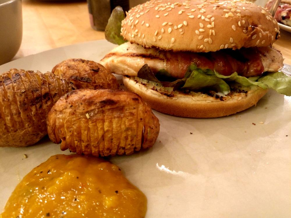 Hähnchen-Birnen-Burger mit Fächerkartoffeln
