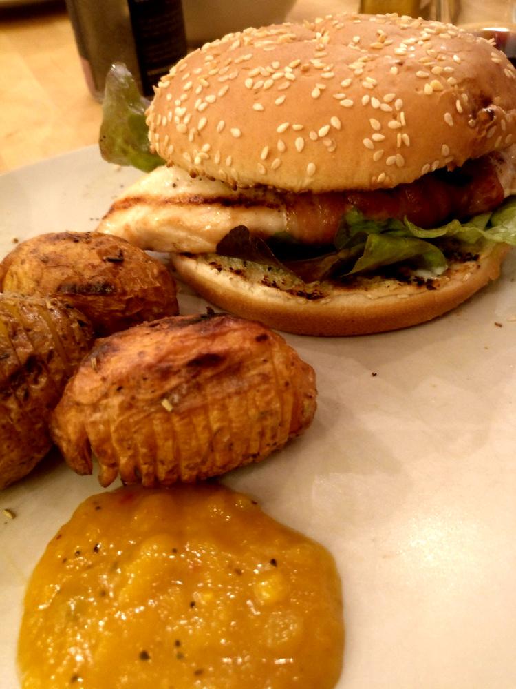Köstlicher Hähnchen-Birnen-Hamburger mit Fächerkartoffeln