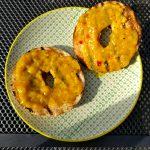 Bagelhälften mit Currysauce bestreichen