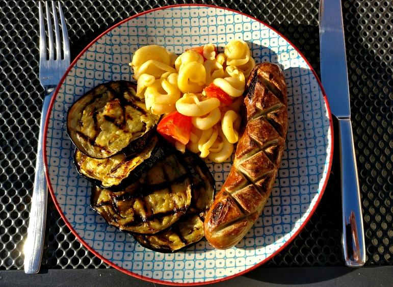 Aubergine mit Bratwurst und Nudeln