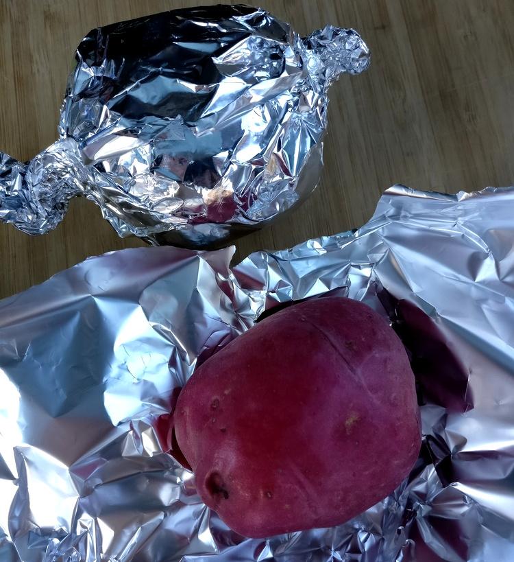 Rote Kartoffeln in Alufolie wickeln