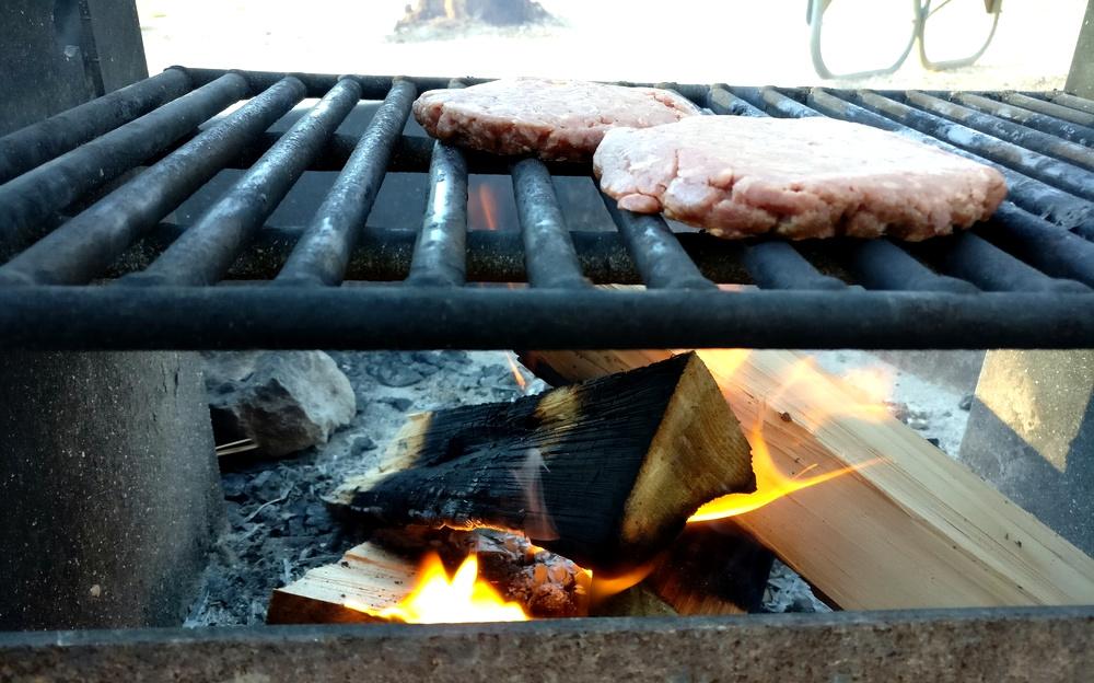 Angus Beef Patties auf offenem Feuer