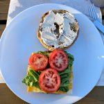 Auf den Cheddar folgt Salat und Tomate...