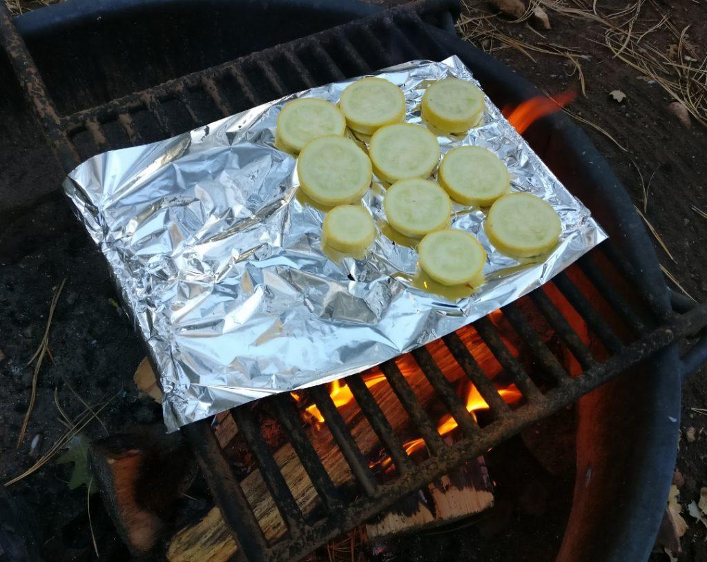 Zucchini auf offenem Feuer grillen