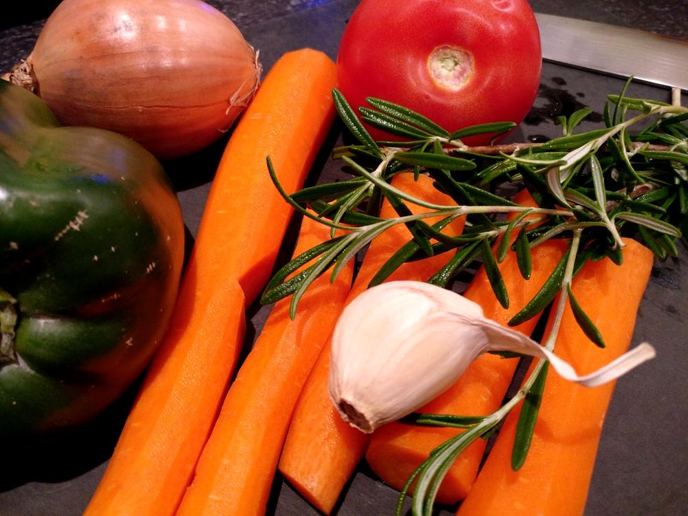 Mein Gemüse zum Grillen: Knoblauch, Paprika, Karotten und eine Zwiebel