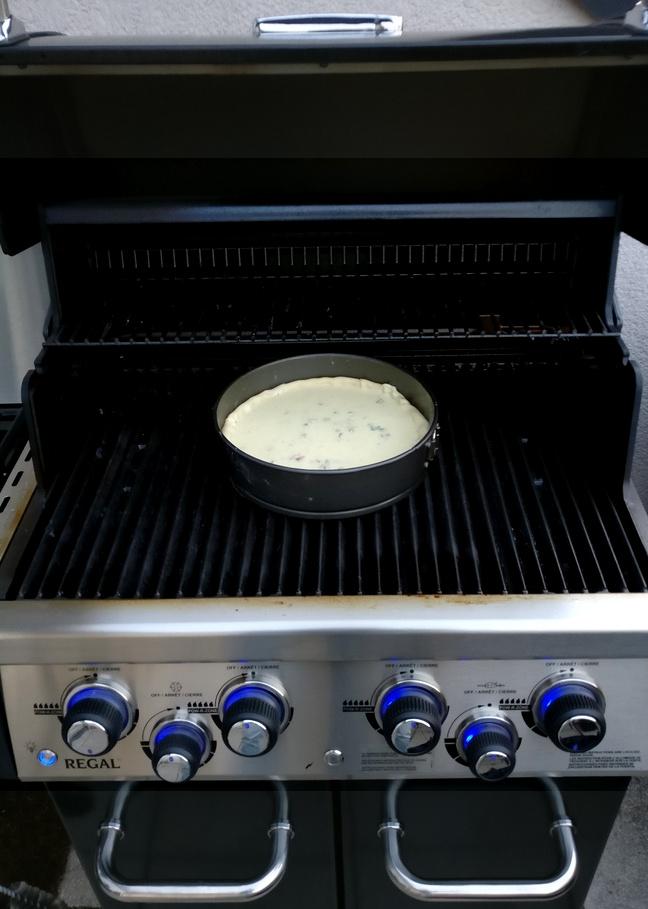 Die Auberginen-Linsen-Quiche muss nun 40 Minuten grillen